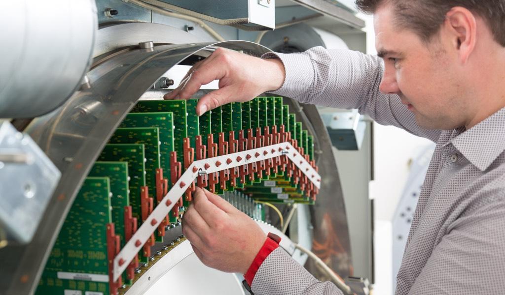 Scholz beim Service eines CT-Geräts